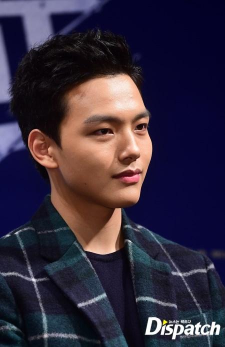 Từ vai diễn thái tử trong The Moon Embracing The Sun, Yeo Jin Goo đã sở hữu kha khá lượng fan nữ lớn tuổi. Đa số đều bị giọng nói trầm ấm cùng nụ cười tỏa nắng của nam diễn viên 18 tuổi mê hoặc.