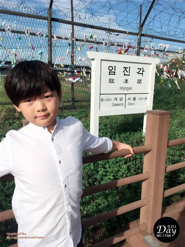"""Tham gia Dad, Where Are You Going mùa thứ nhất, Sung Joon đã chiếm trọn trái tim các chị fan nhờ vẻ ngoài """"xinh trai"""" còn tính cách lạnh lùng. Không chỉ vậy, cậu bé còn là tín đồ mê đọc sách và nổi tiếng với biệt danh """"học giả Joon""""."""