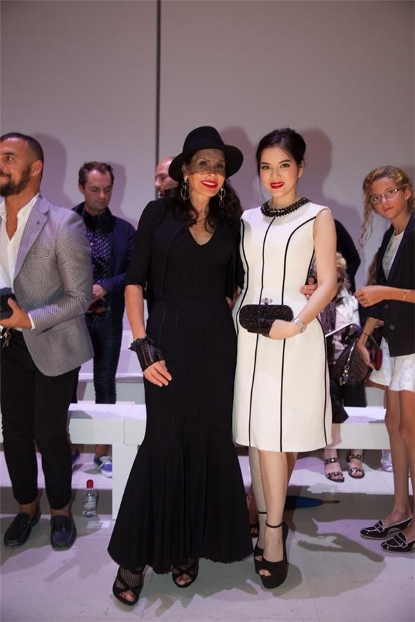| Người đẹp họ Lý tham gia show diễn của nhà thiết kế hàng đầu Georges Hobeika. Trong dịp này, cô cũng gặp mặt nữ tỉ phú Mouna Ayoub.