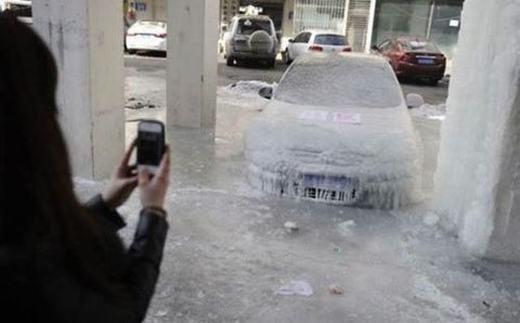 """""""Chụp lại đăng Facebook thôi, chả mấy khi xe đóng băng!"""". (Ảnh: Internet)"""