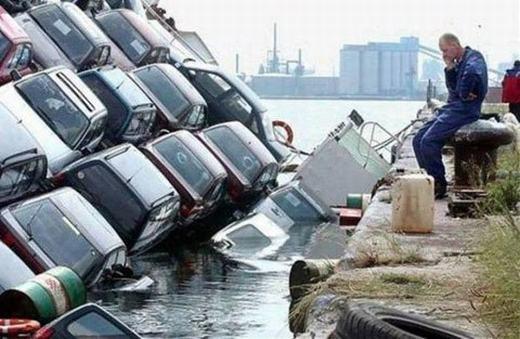 """""""A lô! Báo cáo sếp em rửa xong lô xe rồi ạ. Giờ đợi sếp đến nghiệm thu thôi!"""". (Ảnh: Internet)"""