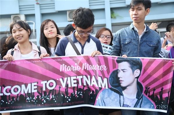Tại sân bay, nam diễn viên của đất nước chùa vàng đã được người hâm mộ Việt Nam đón chào rất nồng hậu.