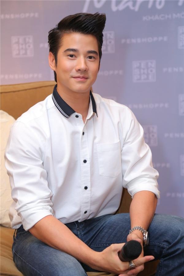 Nam diễn viên xuất hiện đầy bảnh bao với áo sơ mi trắng và quần jeans.