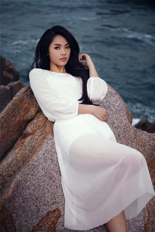 Khánh Tiên đẹp dịu dàng và đầy thu hút trong MV mới.