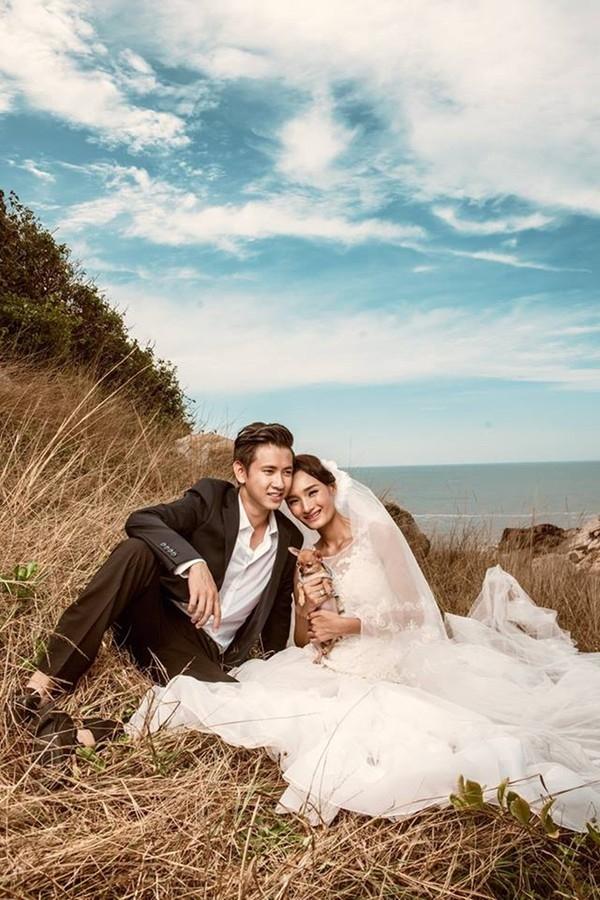 Sau đám cưới tại quê nhà vào cuối năm 2014, Lê Thúy và Khải An tổ chức một đám cưới thứ hai tại một nhà hàng sang trọng ở Sài Gòn đầu năm 2015. Trước đó ít ngày, cặp đôi đã tung bộ ảnh cưới siêu lãng mạn làm nhiều người phải trầm trồ. - Tin sao Viet - Tin tuc sao Viet - Scandal sao Viet - Tin tuc cua Sao - Tin cua Sao
