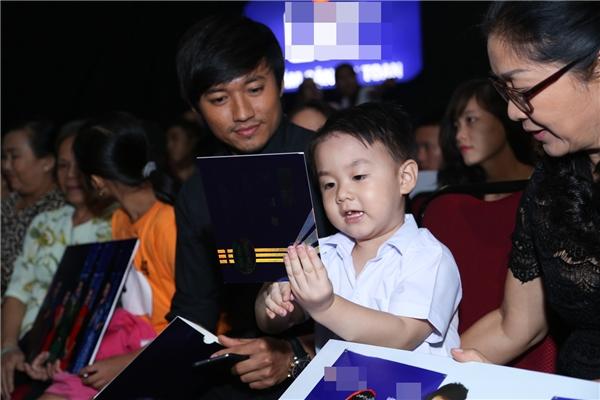 Con trai Cà Pháo của Lê Phương cũng có mặt ởhàng ghế khán giả để cổ vũ tinh thần cho mẹ. - Tin sao Viet - Tin tuc sao Viet - Scandal sao Viet - Tin tuc cua Sao - Tin cua Sao