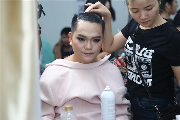 Stylist Trịnh Tú Trung tất bật chuẩn bị trong hậu trường - Tin sao Viet - Tin tuc sao Viet - Scandal sao Viet - Tin tuc cua Sao - Tin cua Sao