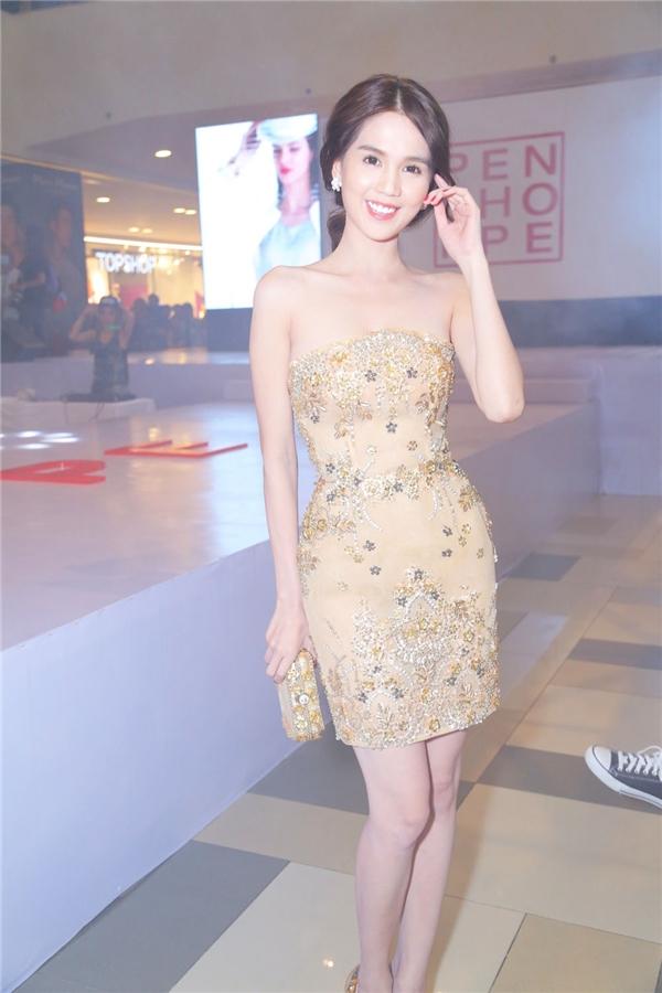 Trong khi đó, Ngọc Trinh lại tạo nên sức hút bởi vẻ gợi cảm vốn có. Cô diện bộ váy ôm sát khoe khéo những đường cong hoàn hảo trên cơ thể. Thiết kế tạo điểm nhấn bởi những chi tiết đính kết khá kì công, tỉ mỉ. - Tin sao Viet - Tin tuc sao Viet - Scandal sao Viet - Tin tuc cua Sao - Tin cua Sao