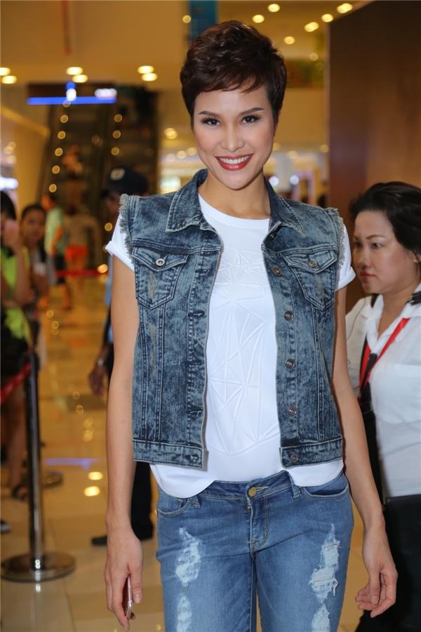 Siêu mẫu Phương Mai giữ vai trò người dẫn dắt chương trình cho show diễn. - Tin sao Viet - Tin tuc sao Viet - Scandal sao Viet - Tin tuc cua Sao - Tin cua Sao