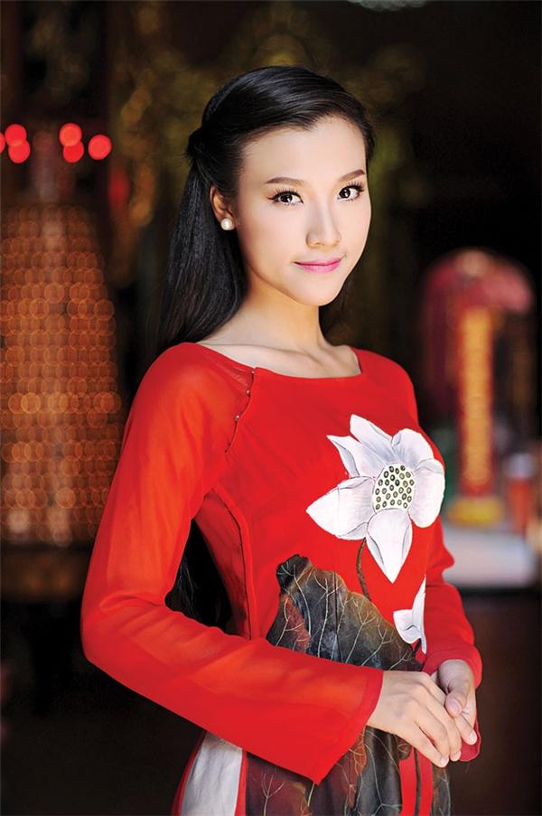 Cô nàngtừng đoạt giải ba tại cuộc thi Người dẫn chương trình truyền hình 2012 do HTV tổ chức. Mới đây nữ MC kiêm diễn viên Hoàng Oanh đã trở thành người dẫn chương trình tại HTV Awards. Cũng tại buổi lễ trao giải, cô xuất nhận được đề cử giải Nữ MC được yêu thích nhất cùng với đàn chị Quỳnh Hương và Quỳnh Hoa. - Tin sao Viet - Tin tuc sao Viet - Scandal sao Viet - Tin tuc cua Sao - Tin cua Sao