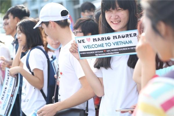 Dàn fan xếp hàng dài để mong chờ gặp được Mario Maurer.