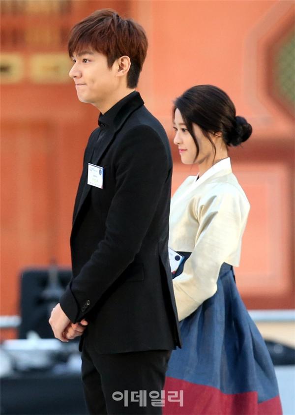 """Fan bức xúc khi Park Shin Hye bị Seolhyun """"qua mặt"""""""
