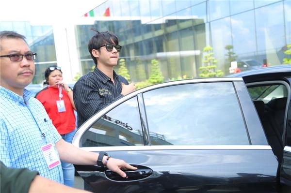 Anh nhanh chóng được ban tổ chức hộ tống ra xe để trở về khách sạn tại trung tâm quận 1.