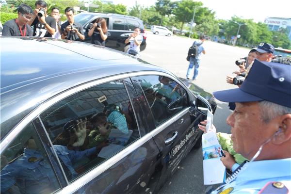 Người hâm mộ vây kín xe đón nam diễn viên điển trai tại sân bay.