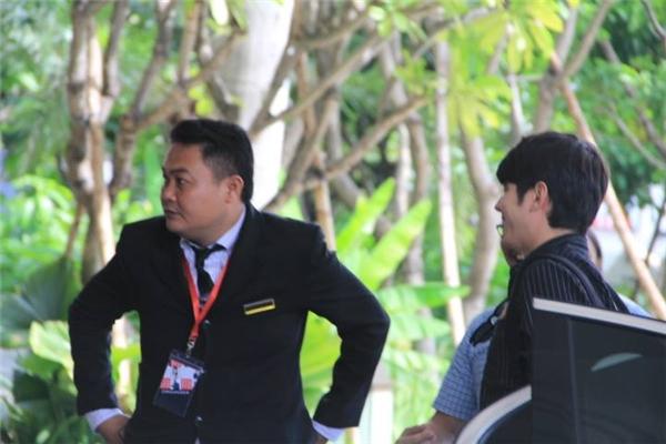 Sau hai giờ bay, nam diễn viên Tình người duyên ma đã có mặt tại khách sạn để chuẩn bị cho buổi họp báo diễn ra vào đầu giờ chiều.