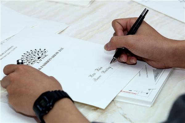 Song đó, phần chữ viết cũng được Lý Nhã Kỳ chăm chút tỉ mỉ. Nhiều ngày nay, chàng sinh viên Lê Việt Tín, sinh năm 1993, học ngành Thiết kế Nội thất, trường Đại học Tôn Đức Thắng đang cùng Lý Nhã Kỳ miệt mài hoàn thiện những tấm thiệp mời ở khâu cuối cùng.