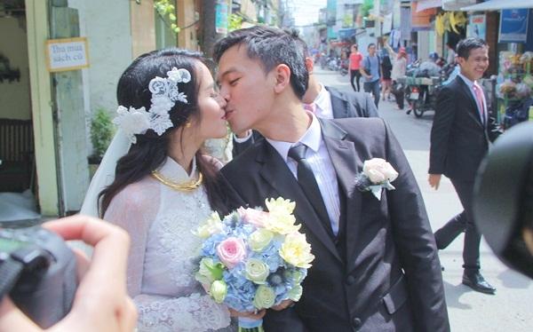 Cả hai không ngần ngại trao nhau nụ hôn ngọt ngào. - Tin sao Viet - Tin tuc sao Viet - Scandal sao Viet - Tin tuc cua Sao - Tin cua Sao