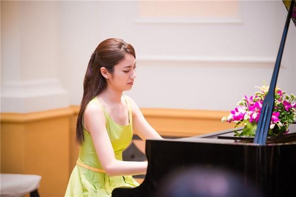 Nữ nghệ sĩ đình đám xứ sở hoa anh đàothể hiện khả năng chơi piano điêu luyện của mình. - Tin sao Viet - Tin tuc sao Viet - Scandal sao Viet - Tin tuc cua Sao - Tin cua Sao