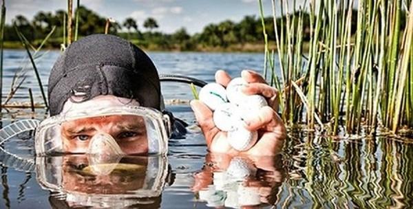 Nhặt bóng ở các hồ nước gần sân golf là công việc mà không ai nghĩ tới.