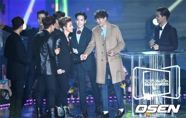 Không tham gia biểu diễn nhưng Winner vẫn xuất hiện để trao giải cho iKon.