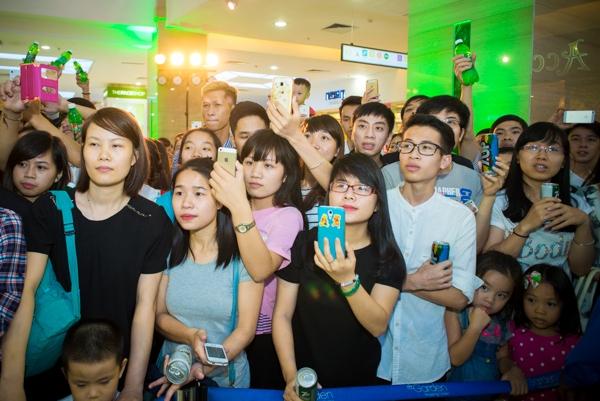 Đám đông fan phấn khích dùng điện thoại để ghi lại những khoảnh khắc đáng nhớ của thần tượng. - Tin sao Viet - Tin tuc sao Viet - Scandal sao Viet - Tin tuc cua Sao - Tin cua Sao