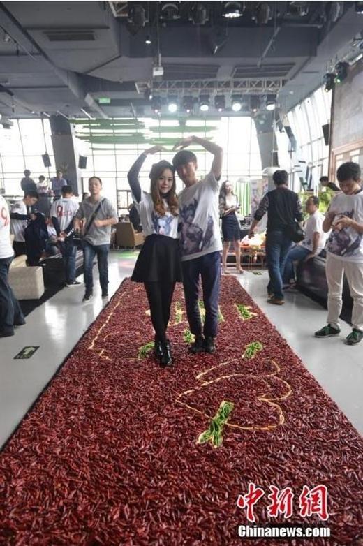 """Những quả ớt đỏ trở thành """"chất kết dính"""" đặc biệt cho tình yêu của hai người. (Nguồn: Internet)"""
