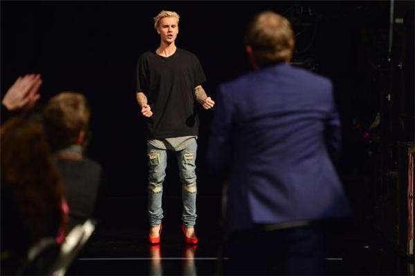 Mang giày cao gót, Justin Bieber chạy 20 mét chỉ trong 6 giây