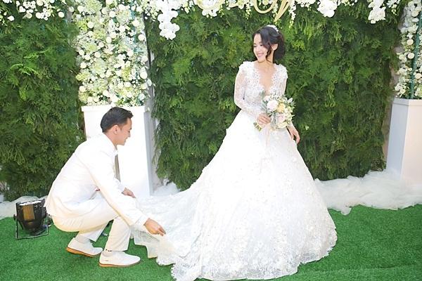 Văn Anh ga lăng chỉnh sửa váy cho vợ mới cưới. - Tin sao Viet - Tin tuc sao Viet - Scandal sao Viet - Tin tuc cua Sao - Tin cua Sao