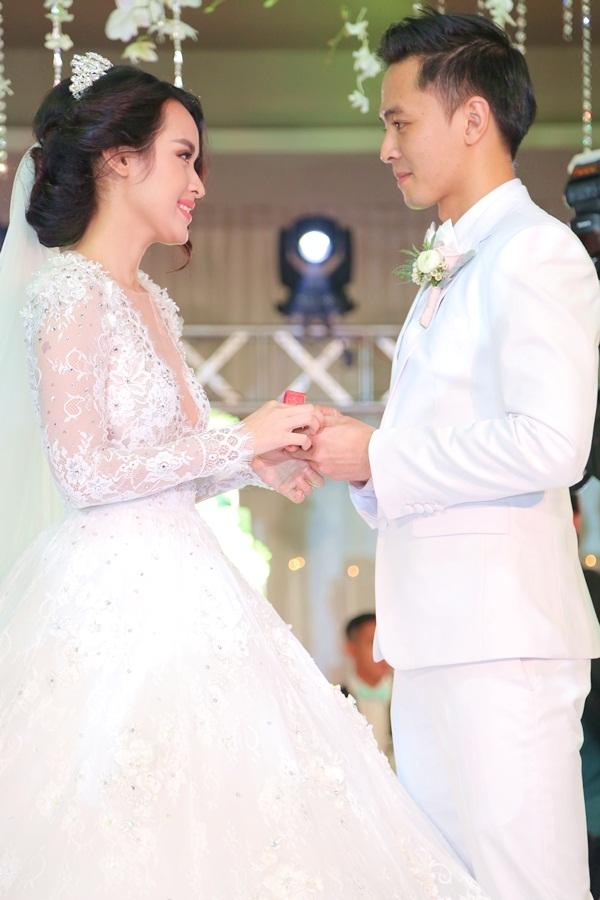 Văn Anh rơi nước mắt hạnh phúc khi trao nhẫn cưới cho Tú Vi - Tin sao Viet - Tin tuc sao Viet - Scandal sao Viet - Tin tuc cua Sao - Tin cua Sao
