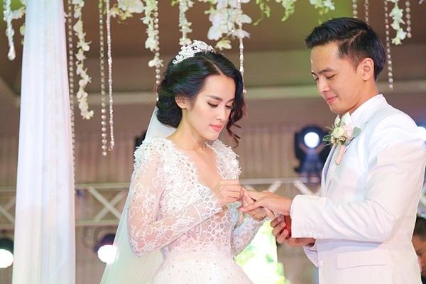 và cũng nhận được nhẫn từ vợ mới cưới. - Tin sao Viet - Tin tuc sao Viet - Scandal sao Viet - Tin tuc cua Sao - Tin cua Sao