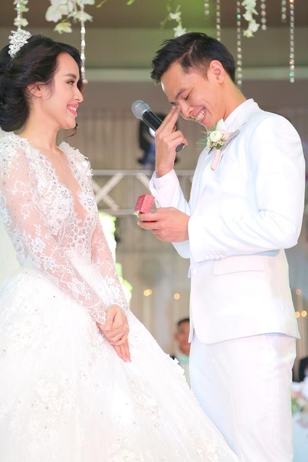 Ngượng ngùng khi phát biểu và trao nhẫn cưới cho Tú Vi. - Tin sao Viet - Tin tuc sao Viet - Scandal sao Viet - Tin tuc cua Sao - Tin cua Sao