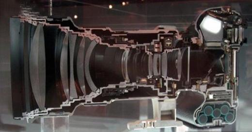 Ngay cả một thiết bị nhỏnhư máy ảnh thì bên trong cũng rất phức tạp. (Ảnh: Internet)