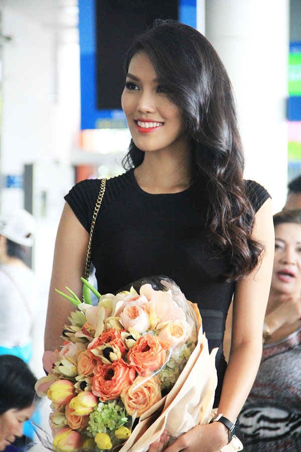 Sáng nay, Alexis Mabille chính thức có mặt tại Việt Nam để tham gia vào một số hoạt động trong lịch trình của LYNK Fashion Show 2015. Có mặt ở sân bay từ rất sớm, đại diện Việt Nam tại Hoa hậu Thế giới 2015 - Lan Khuê là người trực tiếp chào đón nhà thiết kế Alexis Mabille. - Tin sao Viet - Tin tuc sao Viet - Scandal sao Viet - Tin tuc cua Sao - Tin cua Sao