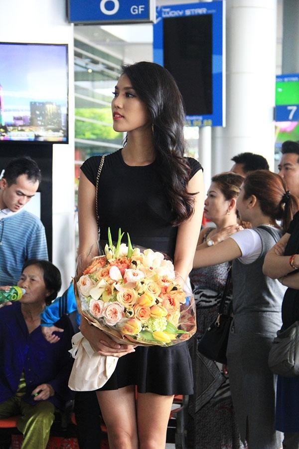 """Lan Khuê diện bộ váy ngắn giản dị nhưng khá trẻ trung khoe khéo đôi chân dài cùng những đường cong quyến rũ. Chia sẻ về hoạt động này Lan Khuê cho biết: """"Lan Khuê cảm thấy rất vinh dự khi được đại diện để chào đón nhà thiết kế Alexis Mabille sang Việt Nam. Và chắc chắn trong ngày 11/11 sắp tới, giới mộ điệu thời trang Việt Nam sẽ được thưởng thức một màn trình diễn thời trang cao cấp đúng nghĩa. Lan Khuê cũng sẽ là một trong những người mẫu xuất hiện trên sàn diễn này."""". - Tin sao Viet - Tin tuc sao Viet - Scandal sao Viet - Tin tuc cua Sao - Tin cua Sao"""