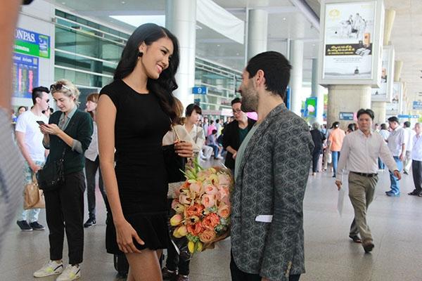 Trong khi chờ xe đến đón về kháchsạn, Alexis và Lan Khuê đã có những trao đổi khá thú vị vềshow diễn sắp tới cũng như về chuyến đi của NTK sang Việt Nam lần này. - Tin sao Viet - Tin tuc sao Viet - Scandal sao Viet - Tin tuc cua Sao - Tin cua Sao