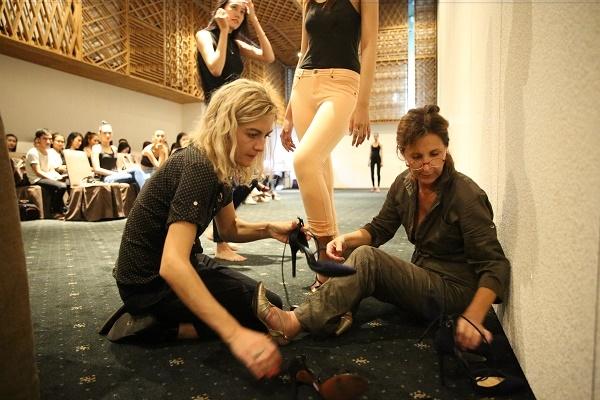 Đặc biệt, chân dài Bảo Uyên được đích thân nhà thiết kế Alexis mang giày khi ê-kíp của ông không thể xoay xở. Dù sở hữu chiều cao nổi bật 1m80 nhưng Bảo Uyên lại không giữ được cơ hội này bởi kĩ năng catwalk khá yếu.