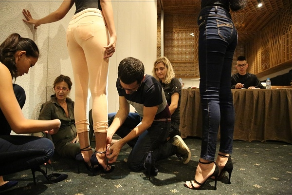 NTK Alexis Mabille tự tay mang giày cho người mẫu