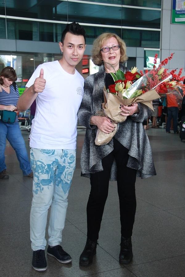 Đại diện ê-kíp của Lý Nhã Kỳ tăng hoa và chụp ảnh lưu niệm cùng bà Gladys. - Tin sao Viet - Tin tuc sao Viet - Scandal sao Viet - Tin tuc cua Sao - Tin cua Sao