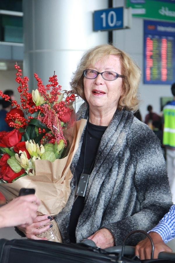 Bà Gladys được chào đón ân cần tại sân bay. - Tin sao Viet - Tin tuc sao Viet - Scandal sao Viet - Tin tuc cua Sao - Tin cua Sao