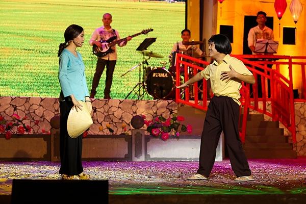 Bên cạnh diễn xuất hài hước, hóm hỉnh, ở tiết mục này, Trường Giang cũng khoe khả năng ca hát khi thể hiện cả những ca khúc gắn liền với kí ức của nhiều khán giả song song với những bản hit được giới trẻ yêu thích. - Tin sao Viet - Tin tuc sao Viet - Scandal sao Viet - Tin tuc cua Sao - Tin cua Sao