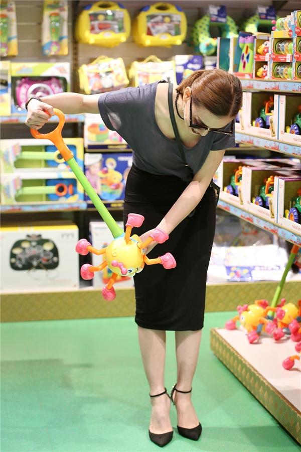 Cô kĩ lưỡng xem xét để tìm ra món đồ chơi ưng ý nhất. - Tin sao Viet - Tin tuc sao Viet - Scandal sao Viet - Tin tuc cua Sao - Tin cua Sao