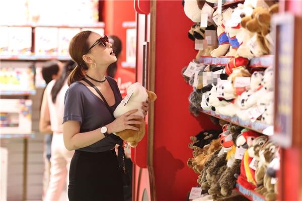 Nữ ca sĩ Thu Thủy bị bắt gặp đang vô tư lựa đồ chơi cho con tại một góc cửa hàng. - Tin sao Viet - Tin tuc sao Viet - Scandal sao Viet - Tin tuc cua Sao - Tin cua Sao