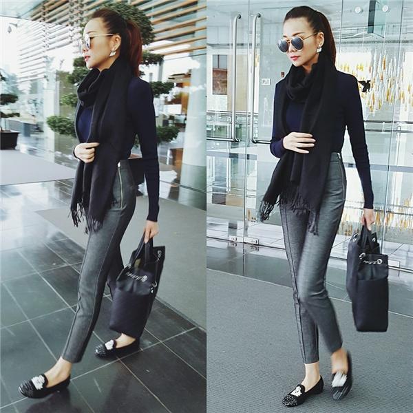 Bộ trang phục đậm chất Thu - Đông của siêu mẫu Thanh Hằng với áo len cổ lọ, khăn choàng. Tổng thể tạo nên sự đồng điệu bởi hai gam màu đen, xám sang trọng.