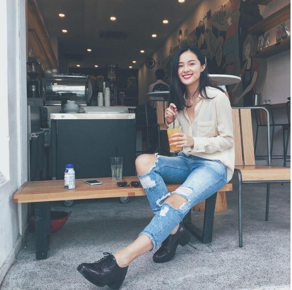 Hạ Vi đơn giản với áo sơ mi kết hợp cùng jeans rách cổ điển. Cô nàng tạo điểm nhấn cho bộ trang phục khi phối cùng giày da cá tính.