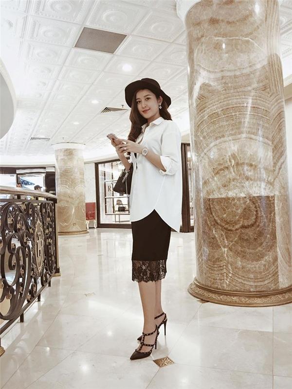 Huyền My kết hợp tinh tế giữa áo sơ mi trắng phom rộng cổ điển cùng váy chất liệu ren bên trong. Đây cũng là công thức phối trang phục được giới mộ điệu thời trang khá yêu thích trong thời gian gần đây.