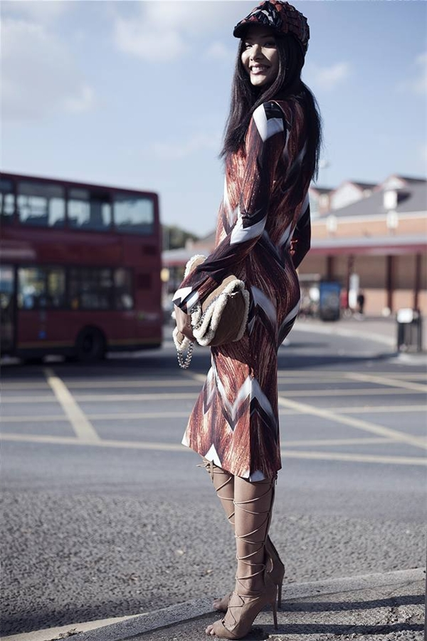 Hình ảnh cực thu hút của Hoàng Thùy trên đường phố Luân Đôn.