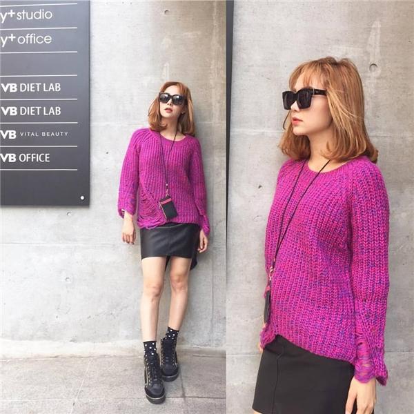 Minh Hằng kết hợp sắc tím hồng ngọt ngào của chất liệu len cùng sắc đen mạnh mẽ, cá tính của da lộn. Minh Hằng cũng là một trong những mĩ nhân sở hữu gu thời trang đường phố nổi bật.