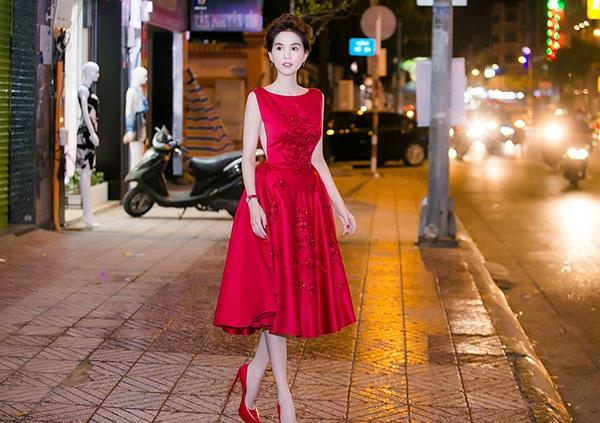 Tại một sự kiện trước đó, Ngọc Trinh lại ghi điểm với vẻ ngoài điệu đà, thanh lịch khi chọn diện bộ váy xòe với đường cắt xẻ sâu hai bên. Sắc đỏ ruby cùng những chi tiết đính kết giúp Ngọc Trinh trở nên nổi bật, quyến rũ hơn hẳn.
