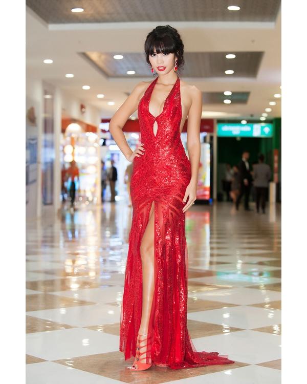 Cùng tham dự sự kiện này, siêu mẫu Hà Anh cũng không hề kém cạnh đồng nghiệp khi diện bộ váy đỏ cắt xẻ táo bạo trên nền chất liệu ánh kim nổi bật.
