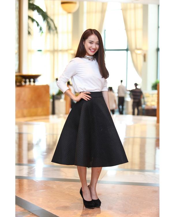 Sự kết hợp giữa áo phông dài tay cùng chân váy xòe của Nhã Phương khá đơn giản nhưng vẫn đủ hấp dẫn bởi sự sang trọng, thanh lịch.